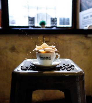 PRŮVODCE KÁVOVÝM SVĚTEM SE ŠÉFBARISTOU – Na začátku kurzu vám představíme naši pražírnu Made in Coffee. Následovat bude poutavý výklad o původu kávy, vysvětlení rozdílů mezi druhy zrn, popíšeme vám metody zpracování kávy. Nevynecháme ani praktickou ukázku pražení, samotný cupping a poradíme vám, jak si správně připravit kávu doma.