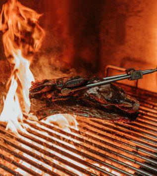 JAK PRACOVAT S GRILEM – Naučíme vás, jak připravit pořádný steak na grilu, k němu omáčku, sezonní zeleninu, případně další speciality. Termín: ne — út 17:00 — 18:30, max. vždy 4 osoby v jednom termínu.