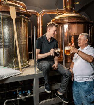 VAŘENÍ PIVA SE SLÁDKY PIVOVARU U SUPA – Jak to vlastně celé bylo a je? A jak vaří pivo v jednom z nejlepších pražských minipivovarů? Už víte, že suroviny bereme od nejlepších dodavatelů. Kde se ale bere slad, kde chmel a jaký? Už jste viděli naši unikátní prosklenou varnu? Jak v ní vaříme pivo? Dáme si také ochutnávku piv a zavedeme vás do našeho podzemí, kde pivo leží. Pro milovníky piva je tento kurz nezbytnost!