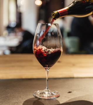 DEGUSTACE VÍN SE SOMMELIEREM – Zaujmeme vás výkladem našeho sommeliera o nabízených vínech, následovat bude řízená degustace, představení firmy, záměr dovozu vín přímo od francouzských vinařů. Projdeme spolu významné vinařské regiony Francie a přechutnáme vzorky typických příkladů základních vín z daných regionů.